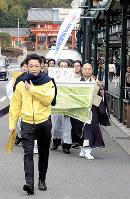 ライフウオークで先頭の前を歩く霍野廣由さん=京都市内で、玉木達也撮影