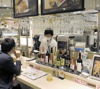 食品売り場のほか、ワインやチーズを出すイオン直営のバルも出店=神奈川県座間市のイオンモール座間で、宇田川恵撮影