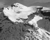 富士山頂で航空医学を研究していた陸軍軍医学校の旧富士分業室(中央左)。手前の建物は気象庁富士山測候所=1968年12月撮影