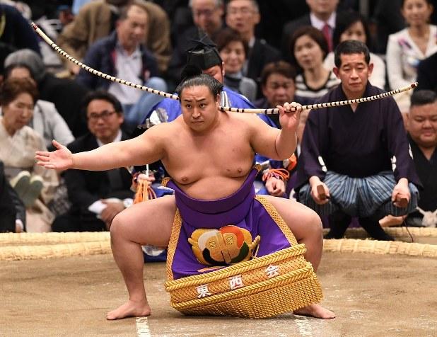 月刊相撲:土俵を支える 弓取り式を担当する三段目 春日龍(33 ...