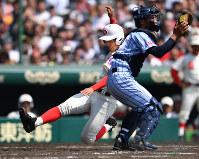 【智弁和歌山―東海大相模】四回表智弁和歌山2死一塁、西川の右中間二塁打で一塁から神先が一気に生還(捕手・佐藤)=阪神甲子園球場で2018年4月3日、猪飼健史撮影
