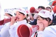 【三重―大阪桐蔭】グラウンドの大阪桐蔭ナインに声援を送るゴルフ部の山下美夢有さん(手前)ら=阪神甲子園球場で2018年4月3日、今野悠貴撮影
