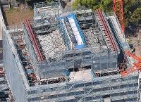 仮設屋根が外され、屋根瓦がのぞいた熊本城=熊本市中央区で2018年4月3日午前10時19分、本社ヘリから徳野仁子撮影