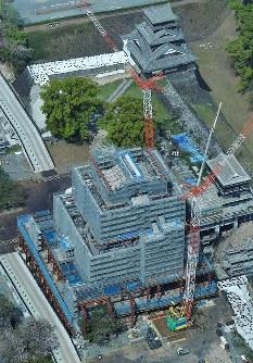 仮設屋根が外され、屋根瓦がのぞいた熊本城=熊本市中央区で2018年4月3日、本社ヘリから徳野仁子撮影