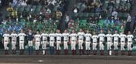 【三重―大阪桐蔭】試合後、校歌を歌う大阪桐蔭の選手たち=阪神甲子園球場で2018年4月3日、山崎一輝撮影