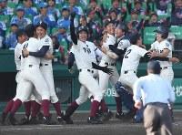 【三重―大阪桐蔭】サヨナラ勝ちで喜ぶ大阪桐蔭の選手たち=阪神甲子園球場で2018年4月3日、山崎一輝撮影