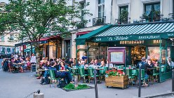 パリ市内のカフェ