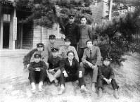 『鬼の詞』同人と。前列左端が大岡信=1946年撮影、大岡家提供