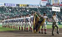 閉会式で場内一周する大阪桐蔭の選手たち=阪神甲子園球場で4日、平川義之撮影