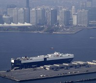 U.S. Air Force CV-22 Osprey helicopters and the ship they were transported on are seen from a Mainichi Shimbun helicopter at Yokohama North Dock, in Yokohama's Kanagawa Ward on April 4, 2018. (Mainichi)