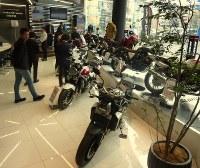 ゆったりとした店内に最新型のバイクが並ぶ「ホンダドリーム川崎宮前」=川崎市宮前区で2018年2月21日午前10時57分、和田憲二撮影