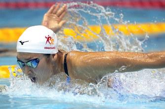 競泳:17歳の池江、大きな泳ぎで...
