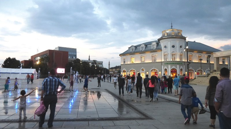 家族連れでにぎわうプリシュティナの独立広場(写真は筆者撮影)
