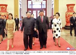 中国の習近平国家主席(中央右)と妻の彭麗媛氏(右端)の案内を受ける金正恩朝鮮労働党委員長(中央左)と妻の李雪主氏(左端)=朝鮮中央通信・朝鮮通信