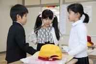 富岡町立小学校に今年入学した新1年生の3人。このうち2人が町内の校舎に、1人は三春町の校舎に通う=福島県富岡町で2018年4月6日午後2時13分、喜屋武真之介撮影