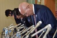 記者会見で発言する日本レスリング協会の福田富昭会長(右)=東京都渋谷区で2018年4月6日午後8時3分、藤井達也撮影