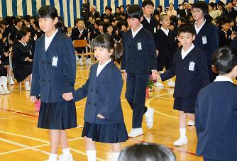 入学式:元気いっぱい 七尾・朝...