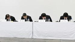 三菱マテリアルの記者会見。左端が子会社ダイヤメットの現社長=2018年3月28日、根岸基弘撮影
