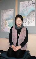 「万葉集を色彩で表すことで、興味を持ってもらえれば」と話す奥山永見古さん=奈良県香芝市で、山本和良撮影