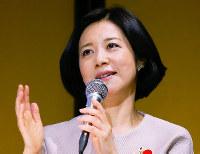 21世紀フォーラムの例会で講演する俳人の黛まどかさん=大阪市北区で2018年4月9日、菅知美撮影