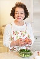 春キャベツとネギ、桜エビを混ぜ合わせる西川ヘレンさん=大西岳彦撮影
