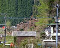 土砂崩れで3世帯が巻き込まれた現場=大分県中津市耶馬渓町金吉で2018年4月11日午前7時40分、尾形有菜撮影