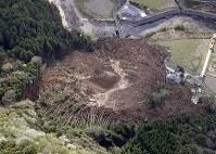 土砂崩れに民家が巻き込まれた現場=大分県中津市耶馬渓町金吉で2018年4月11日午前8時21分、本社ヘリから
