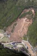山の斜面が大規模に崩落し、3世帯が巻き込まれた現場=大分県中津市耶馬渓町金吉で2018年4月11日午前8時19分、本社ヘリから