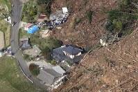 土砂崩れの現場で救助活動をする消防隊員ら(左上)=大分県中津市耶馬渓町金吉で2018年4月11日午前8時28分、本社ヘリから