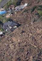 山が崩落し、民家が巻き込まれた現場=大分県中津市耶馬渓町で2018年4月11日午前8時28分、本社ヘリから