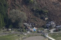 大分県中津市山渓町で発生した山崩れの現場=2018年4月11日午前8時23分、本社ヘリから