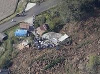 大分県中津市山渓町で発生した山崩れの現場=2018年4月11日午前8時52分、本社ヘリから
