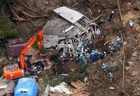 土砂崩れの現場で救助活動をする警察、消防隊員ら=大分県中津市耶馬渓町金吉で2018年4月11日午前10時54分、本社ヘリから