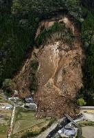 山が崩落し、民家が巻き込まれた現場=大分県中津市耶馬渓町で2018年4月11日午前10時54分、本社ヘリから