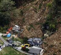 山が崩落し、民家が巻き込まれた現場=大分県中津市耶馬渓町で2018年4月11日午前10時44分、本社ヘリから