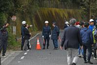 多くの報道陣らで騒然とする土砂崩れ現場へ続く道路=大分県中津市耶馬溪町で2018年4月11日午前9時35分、矢頭智剛撮影