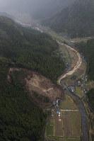 山が崩落し、民家が巻き込まれた現場=大分県中津市耶馬渓町で2018年4月11日午前11時24分、本社ヘリから