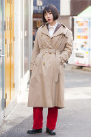 ストリートで人気のベージュのトレンチコートを着た女性=日本ファッション協会提供