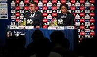 サッカー日本代表の新監督に就任し、記者会見する西野朗監督(右)。左は日本サッカー協会の田嶋幸三会長=東京都文京区で2018年4月12日午後5時35分、長谷川直亮撮影
