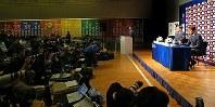 サッカー日本代表の新監督に就任し、記者会見する西野朗監督(右端)=東京都文京区で2018年4月12日午後5時7分、長谷川直亮撮影