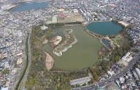 カラスの大量死が確認された昆陽池公園=兵庫県伊丹市で、本社ヘリから小出洋平撮影