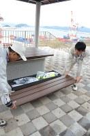 普段はベンチとしても使える保管庫に懐中電灯などが常備されている細島港の津波避難施設