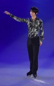アイスショーの冒頭で客席にあいさつをする羽生結弦選手=東京都調布市の武蔵野の森総合スポーツプラザで2018年4月13日午後6時4分、西本勝撮影