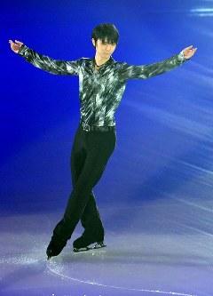 アイスショーの冒頭で滑る羽生結弦選手=東京都調布市の武蔵野の森総合スポーツプラザで2018年4月13日午後6時4分、西本勝撮影