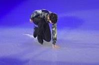 アイスショーの冒頭でリンクに手をつく羽生結弦選手=東京都調布市の武蔵野の森総合スポーツプラザで2018年4月13日午後6時4分、西本勝撮影