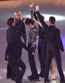 アイスショーの冒頭で他の出演者たちから頭を触られる羽生結弦選手(中央)=東京都調布市の武蔵野の森総合スポーツプラザで2018年4月13日午後6時4分、西本勝撮影