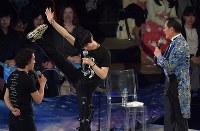 アイスショーの佐野稔さん(右)テクニック講座で足を上げて靴を見せる羽生結弦選手=東京都調布市の武蔵野の森総合スポーツプラザで2018年4月13日午後6時47分、西本勝撮影