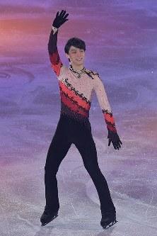 アイスショーで演技し、客席に手を振る羽生結弦選手=東京都調布市の武蔵野の森総合スポーツプラザで2018年4月13日午後8時33分、西本勝撮影