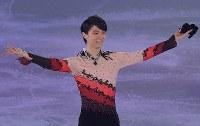 アイスショーで演技し、客席の声援に応える羽生結弦選手=東京都調布市の武蔵野の森総合スポーツプラザで2018年4月13日午後8時40分、西本勝撮影