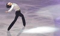 アイスショーで演技する羽生結弦選手=東京都調布市の武蔵野の森総合スポーツプラザで2018年4月13日午後8時44分、西本勝撮影